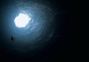 """""""უფსკრულში"""" შესასვლელი ზღვის დონიდან დაახლოებით 2250 მეტრზე მდებარეობს. ეს უღრმესი კარსტული გამოქვაბული გახლავთ ჭების კასკადი, რომელთაც აერთიანებს გალერეები და ვიწრო გადასასვლელები. ზოგიერთი ქვაბულის სიღრმე 1000 მეტრია, ზოგისაც – მეტი."""