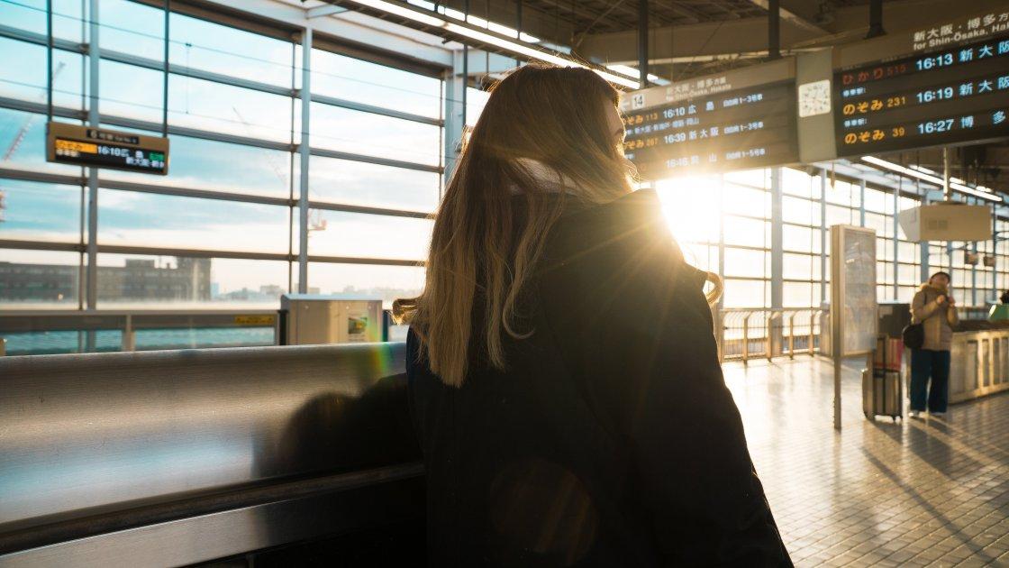 გოგონა აეროპორტში